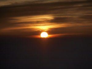暗い夕日の写真